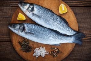 דגים לאכילה, צלחת, לימון